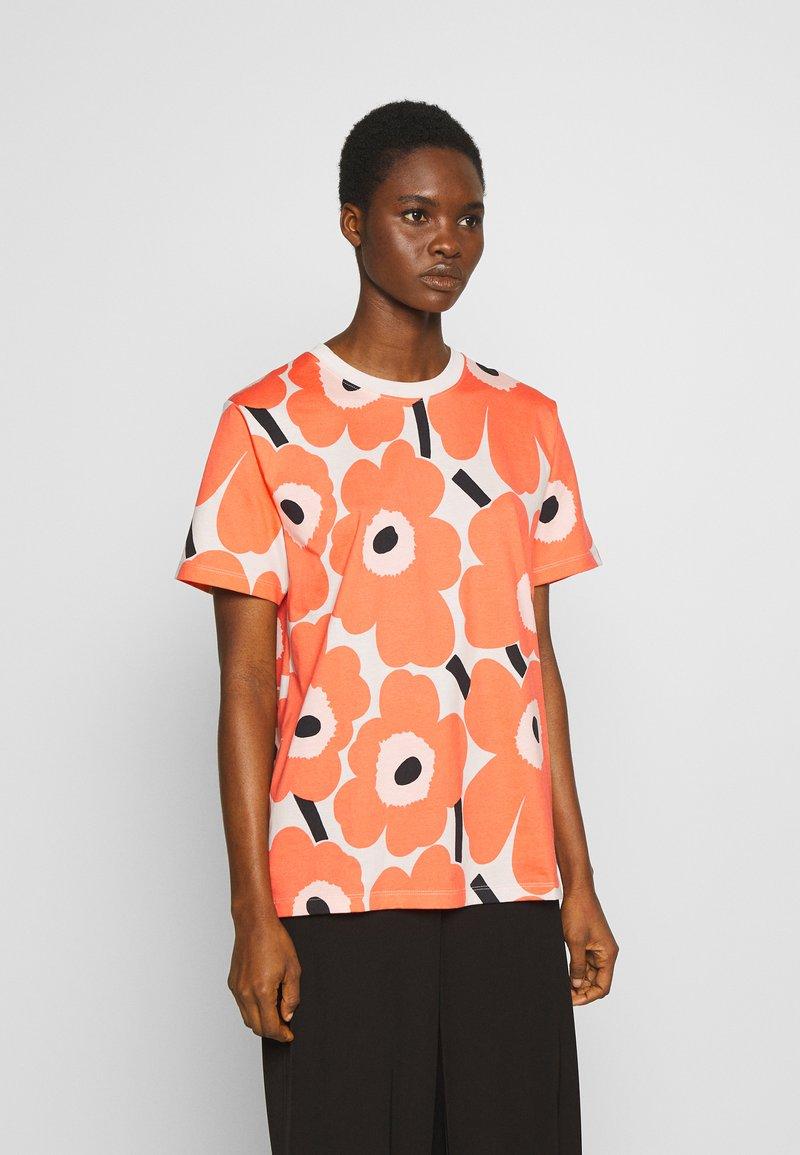 Marimekko - KIOSKI HIEKKA PIENI UNIKKO - Print T-shirt - beige/coral/black