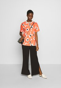 Marimekko - KIOSKI HIEKKA PIENI UNIKKO - Print T-shirt - beige/coral/black - 1