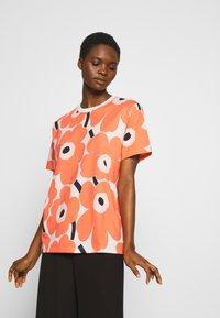 Marimekko - KIOSKI HIEKKA PIENI UNIKKO - Print T-shirt - beige/coral/black - 3