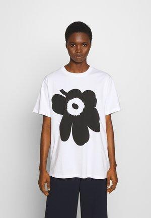 KIOSKI LIUSKE UNIKKO - Print T-shirt - white/black