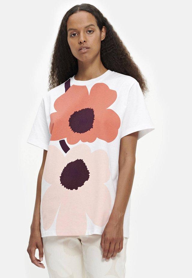 NOKKELA UNIKKO - T-shirt z nadrukiem - white/coral/peach