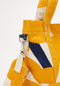 Marimekko - PIKKU PERUSKASSI UNIKKO BAG - Torba na ramię - off white/yellow/dark blue - 6