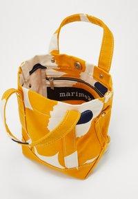 Marimekko - PIKKU PERUSKASSI UNIKKO BAG - Torba na ramię - off white/yellow/dark blue - 3