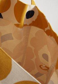 Marimekko - ISO PERUSKASSI UNIKKO SET - Torba na zakupy - off white/yellow/dark blue - 5
