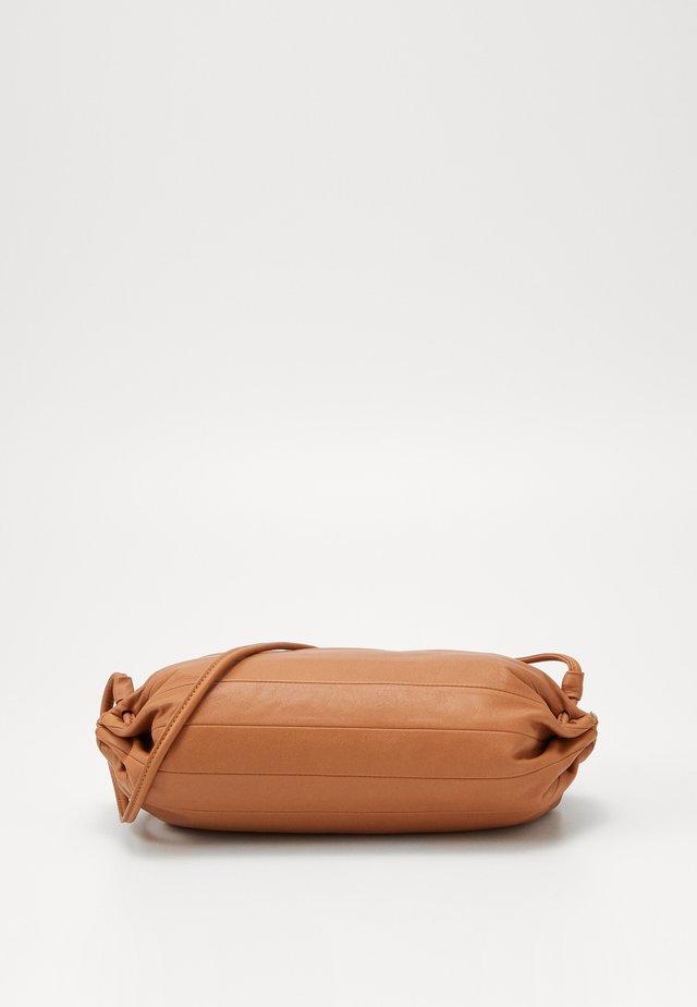 KARLA BAG - Schoudertas - golden brown