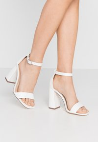 Miss Selfridge Wide Fit - WIDE FIT STEFFI SQAURE TOE BLOCK - Sandaler med høye hæler - white - 0