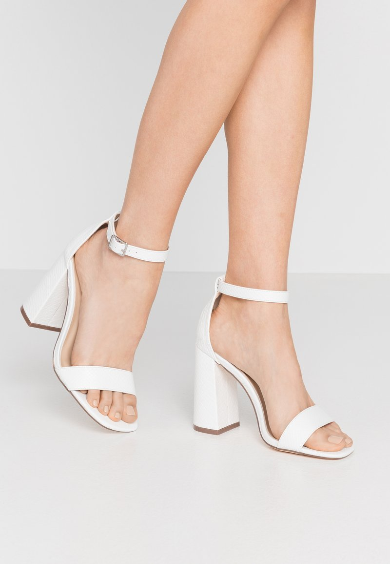 Miss Selfridge Wide Fit - WIDE FIT STEFFI SQAURE TOE BLOCK - Sandaler med høye hæler - white