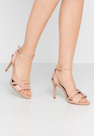WIDE FIT STELDA HILDA UPDATE - Sandály na vysokém podpatku - nude