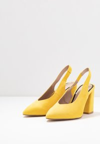 Miss Selfridge Wide Fit - WIDE FIT CARRIE SLING BACK COURT - Szpilki - yellow - 3