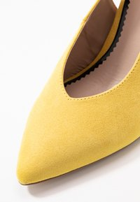 Miss Selfridge Wide Fit - WIDE FIT CARRIE SLING BACK COURT - Szpilki - yellow - 6