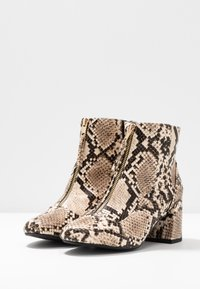Miss Selfridge Wide Fit - WIDE FIT BELLE ZIP FRONT BLOCK HEEL - Boots à talons - multicolor - 4