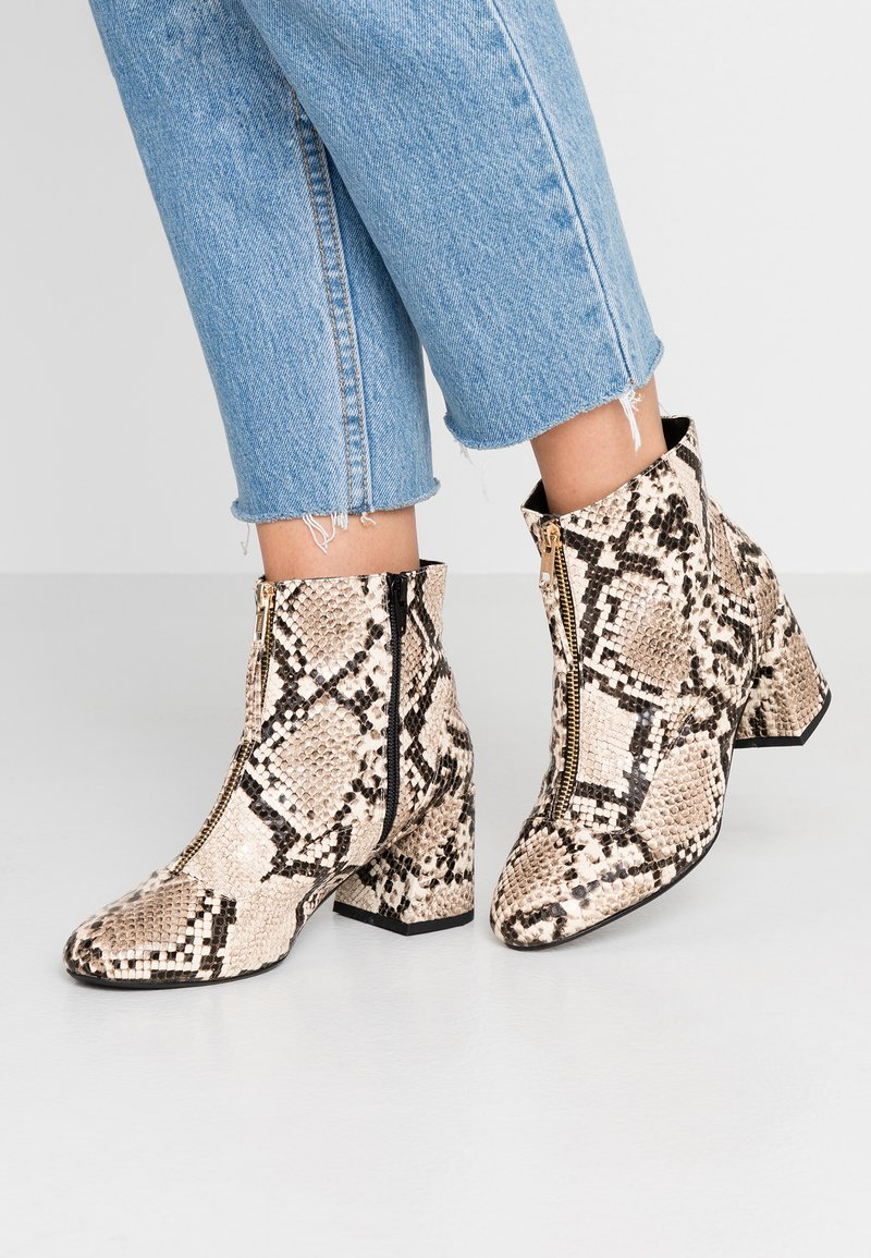 Miss Selfridge Wide Fit - WIDE FIT BELLE ZIP FRONT BLOCK HEEL - Boots à talons - multicolor