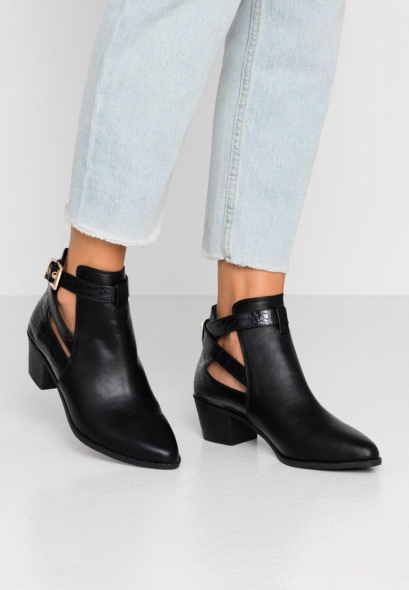 Miss Selfridge Wide Fit - WIDE FIT BAMBI BUCKLE - Kotníková obuv - black