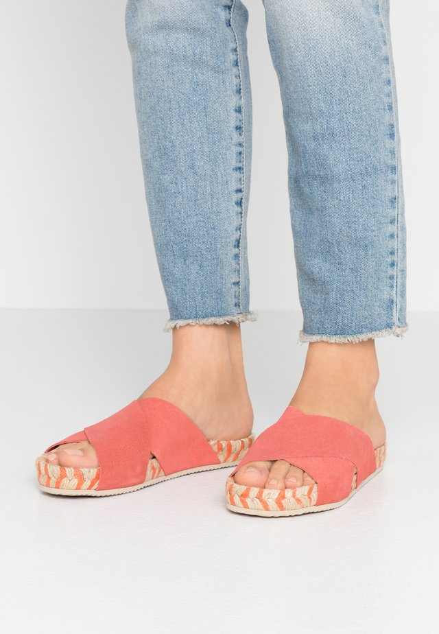 WOLK - Mules - coral