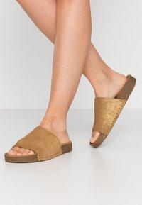 MAHONY - CLOE - Pantofle - gold - 0