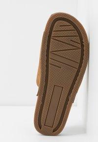 MAHONY - CLOE - Pantofle - gold - 6