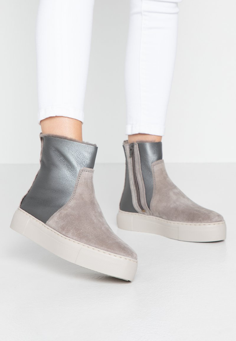 MAHONY - MALMÖ - Platform ankle boots - grey/silver