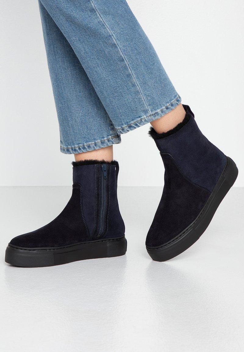 MAHONY - BERGEN - Kotníkové boty na platformě - dark blue
