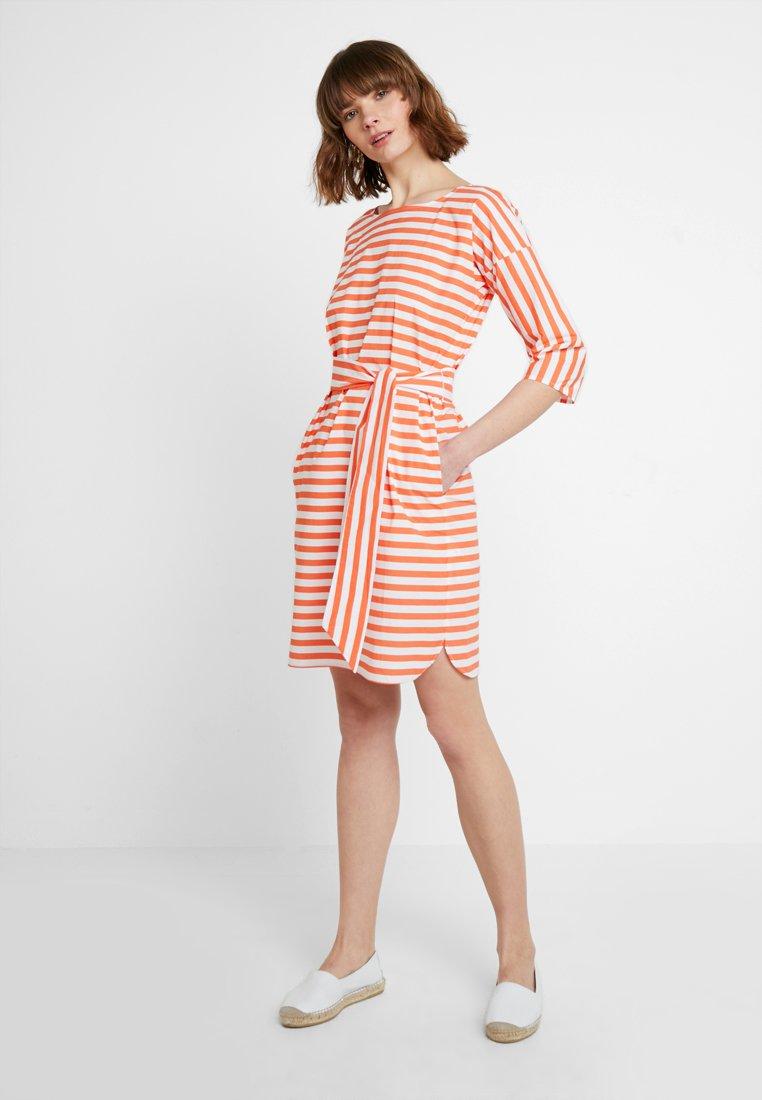 More & More - DRESS SHORT - Vardagsklänning - papaya red
