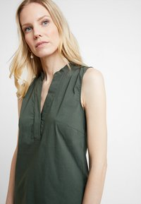More & More - BLOUSE NON SLEEVE - Bluser - tropical green - 4