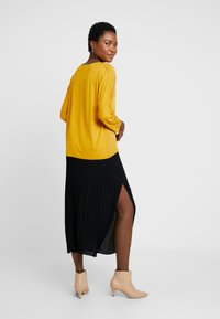 More & More - SLEEVE - Blusa - autumn yellow - 2