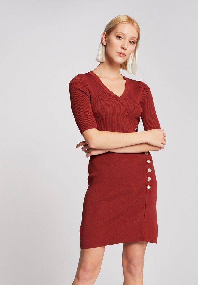 WRAP OVER EFFECT - Gebreide jurk - dark red
