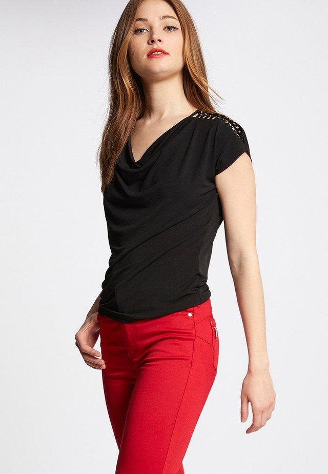 WITH SHOULDER CUTOUTS - Camiseta estampada - black