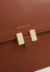 Maison Hēroïne - TILDA TABLET MINI - Across body bag - cognac - 6