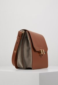 Maison Hēroïne - TILDA TABLET MINI - Across body bag - cognac - 3