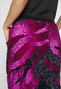 MANÉ - SOFIA TROUSERS - Trousers - washed black/magenta - 3