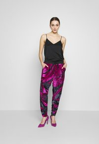 MANÉ - SOFIA TROUSERS - Trousers - washed black/magenta - 1