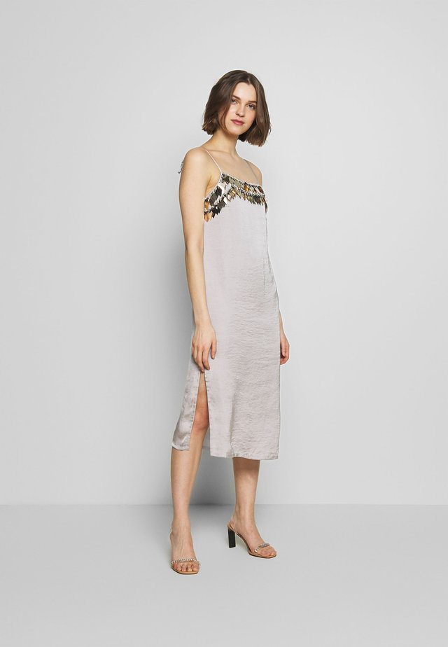 NOCTIS DRESS - Juhlamekko - dove grey/gold
