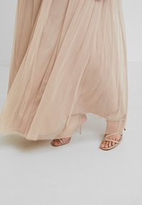 Maya Deluxe Maternity - STRIPE EMBELLISHED V NECK MAXI DRESS WITH TIE BELT - Vestido de fiesta - nude - 6
