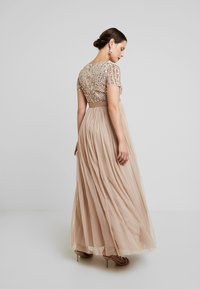 Maya Deluxe Maternity - STRIPE EMBELLISHED V NECK MAXI DRESS WITH TIE BELT - Vestido de fiesta - nude - 3