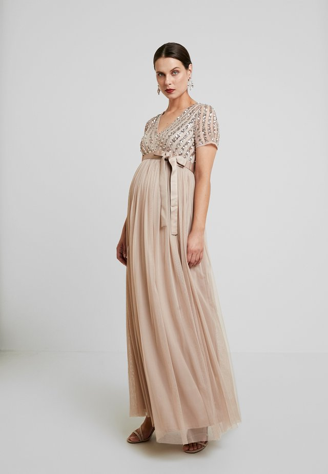 STRIPE EMBELLISHED V NECK MAXI DRESS WITH TIE BELT - Gallakjole - nude