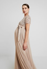 Maya Deluxe Maternity - STRIPE EMBELLISHED V NECK MAXI DRESS WITH TIE BELT - Vestido de fiesta - nude - 5