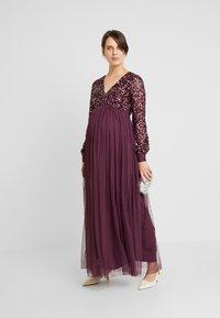 Maya Deluxe Maternity - V NECK BISHOP SLEEVE DELICATE SEQUIN DRESS - Robe de cocktail - berry - 1