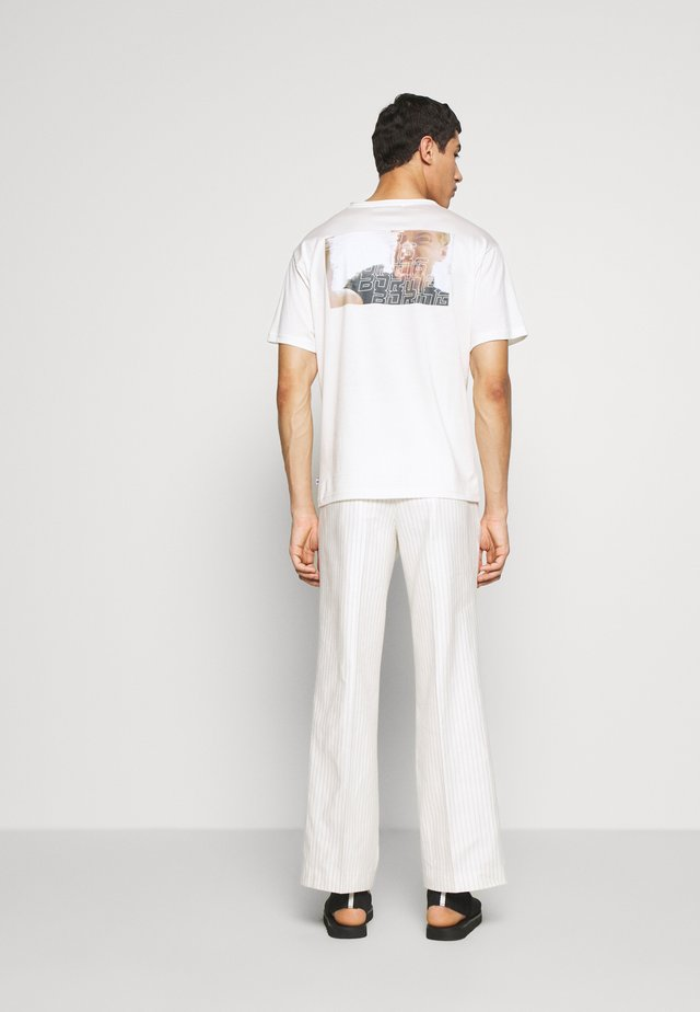 GREG TEE - T-shirt z nadrukiem - whisper white