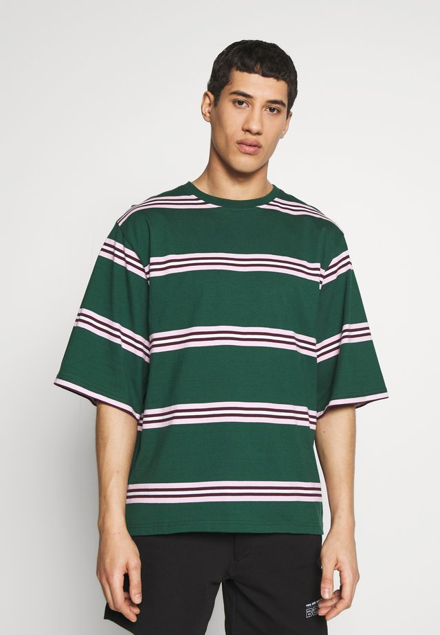 NICK TEE - T-shirt z nadrukiem - evergreen stripe