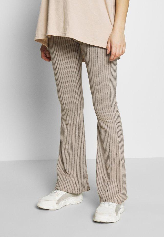 MATERNITY FLARE - Spodnie materiałowe - pink