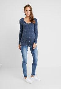 MAMALICIOUS - MLSANTIAGO PASPEL - Jeans slim fit - dark blue denim - 1