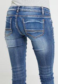 MAMALICIOUS - MLSANTIAGO PASPEL - Jeans slim fit - dark blue denim - 5