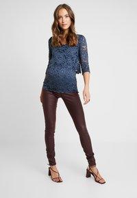 MAMALICIOUS - Jeans Slim Fit - decadent chocolate - 1