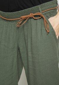 MAMALICIOUS - MLBEACH BELT PANT - Kalhoty - thyme - 4