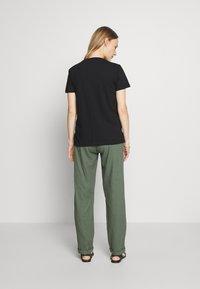 MAMALICIOUS - MLBEACH BELT PANT - Kalhoty - thyme - 2
