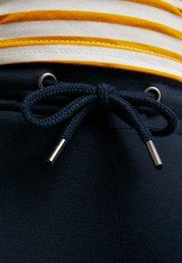 MAMALICIOUS - MLPAYTON PANTS - Trainingsbroek - salute - 6