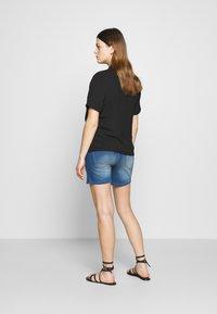 MAMALICIOUS - MLFIFTY  - Szorty jeansowe - medium blue denim - 2
