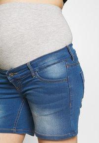 MAMALICIOUS - MLFIFTY  - Szorty jeansowe - medium blue denim - 4