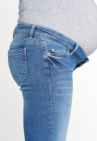 MAMALICIOUS - MLCRYSTAL CROPPED - Vaqueros rectos - light blue denim - 2
