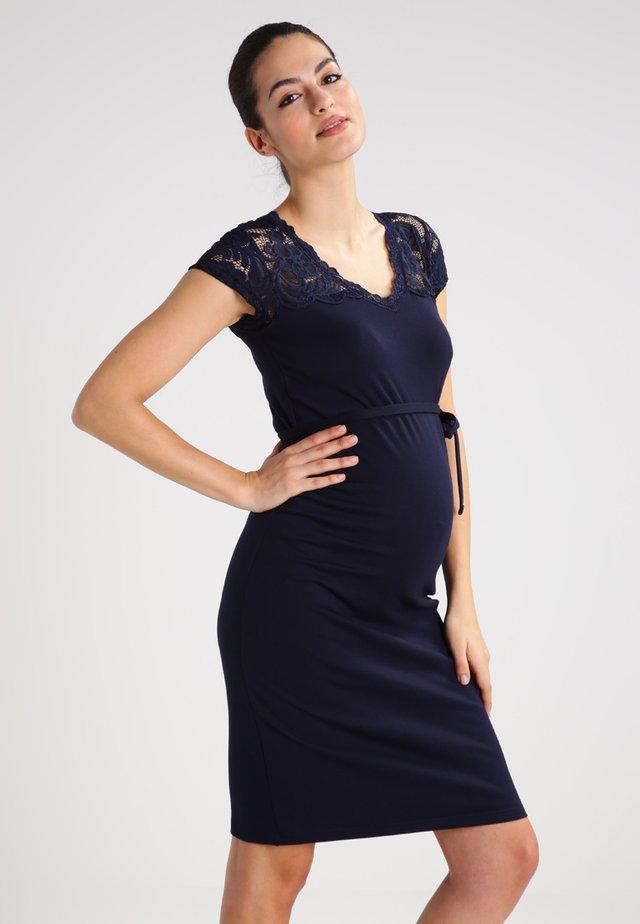 MLBLACKIE MIVANA CAP DRESS - Pouzdrové šaty - navy blazer